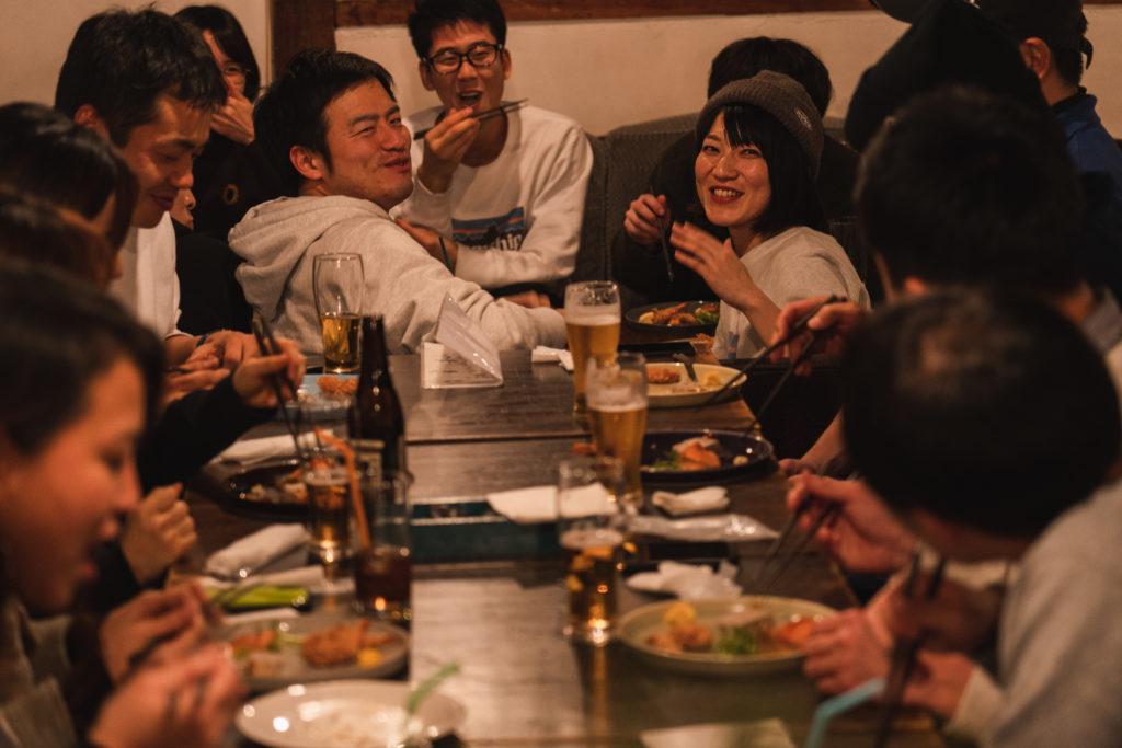 人, テーブル, 室内, グループ が含まれている画像  自動的に生成された説明
